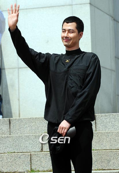 jo in sung goes to the army4
