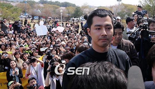 jo in sung goes to the army2