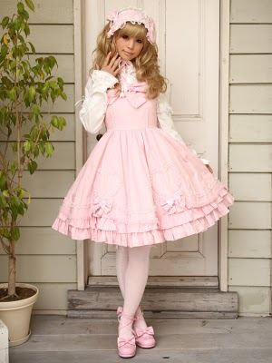 Things like this seem to be the minority in Sweet Lolita in every aspect except color, shoes, and the high probability she's wearing a wig.